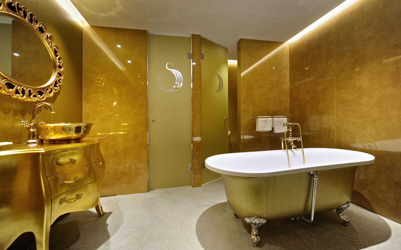 Badkamer, goud, vrijstaand bad, wastafel, La Marquise, Hertroijs Architekten