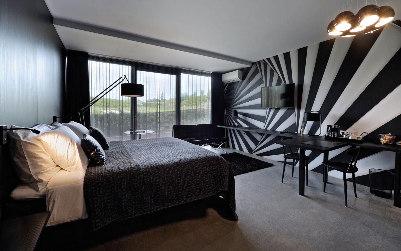 Slaapkamer, bed, Auping, donkere kleuren, behang, grote ramen, La Marquise, Hertroijs Architekten