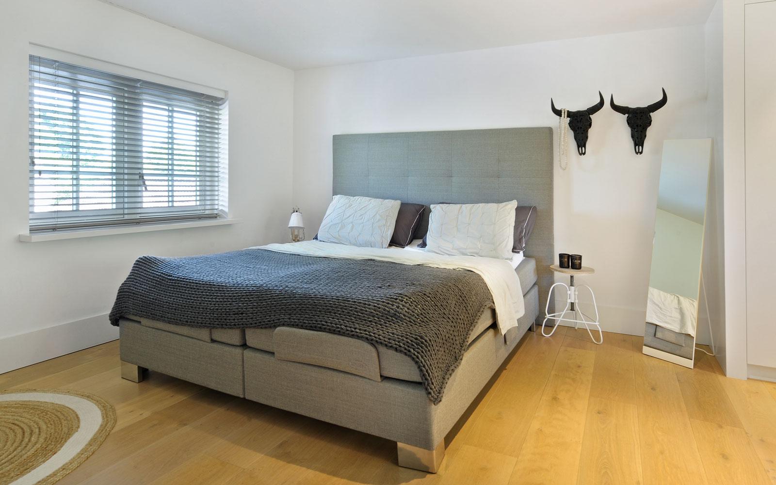 Slaapkamer, bed, master bedroom, houten vloer, shutters, metamorfose, Boxxis Architecten