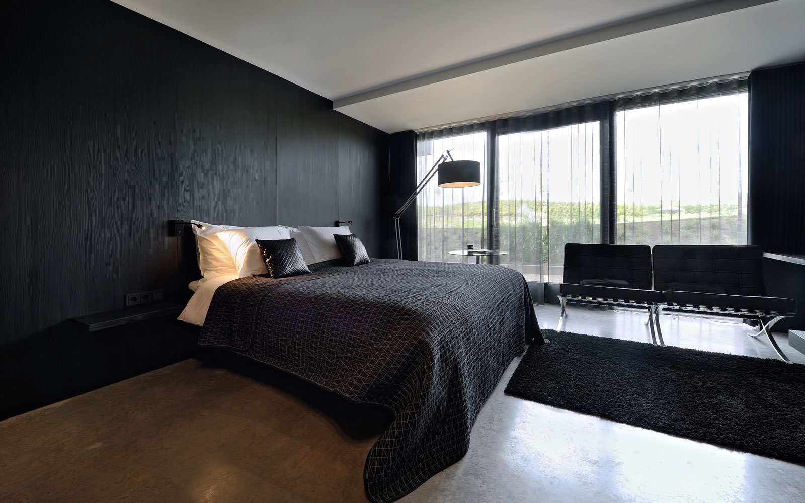 Slaapkamer, bed, Auping, donkere kleuren, zwart, grote ramen, La Marquise, Hertroijs Architekten