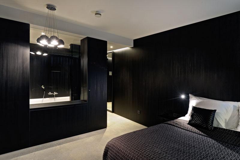 badkamer, slaapkamer, open verbinding, donkere kleuren, zwart, bed, Auping La Marquise, Hertroijs Architekten