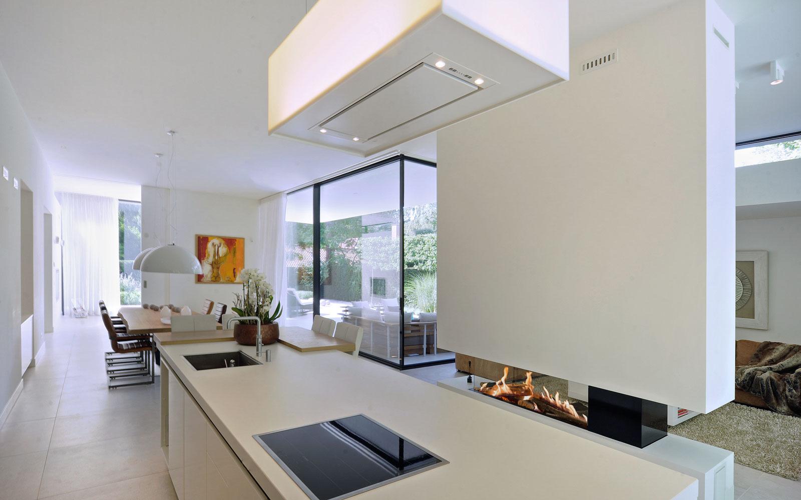 Openhaard van Kusk, sfeervol, keuken, doorkijk naar de woonkamer, moderne bungalow, Boxxis Architecten