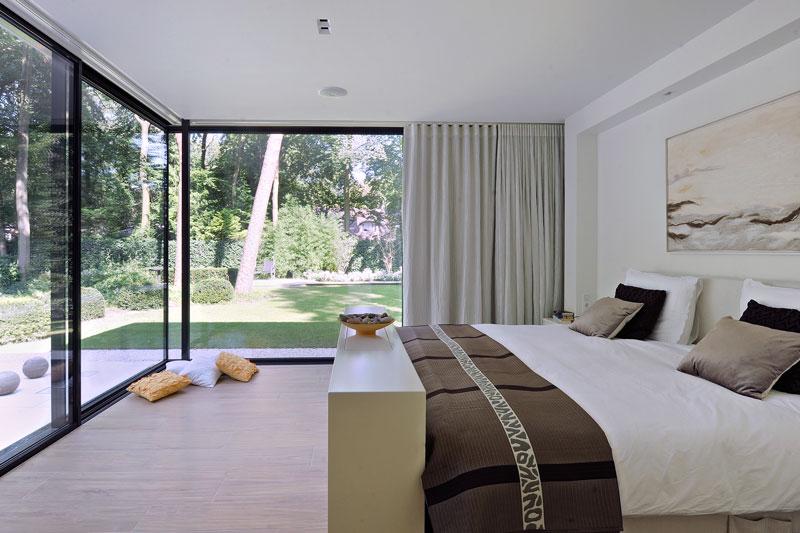 Slaapkamer, master bedroom, grote ramen, zicht op de tuin, Solarlux, moderne bungalow, Boxxis Architeten