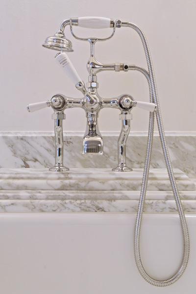 Badkamer, Italiaans wit marmer, authentiek, kraan, badkuip, woonhuis als showroom, dauby