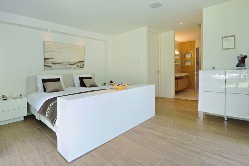 Slaapkamer, master bedroom, houten vloer, verbinding met de badkamer, moderne bungalow, Boxxis Architecten