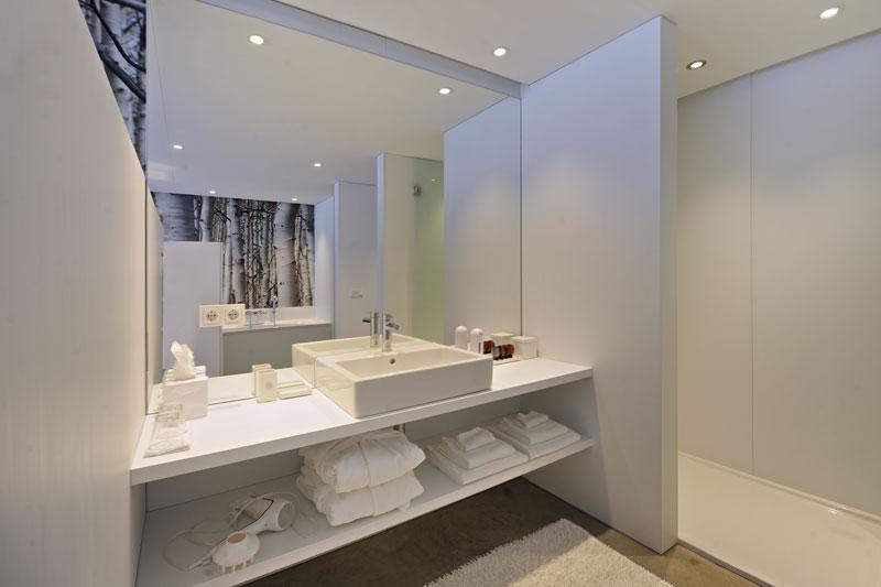Badkamer, wastafel, wit, grote spiegel, behang, La Marquise, Hertroijs Architekten