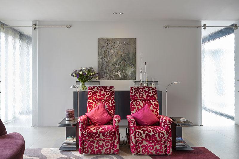 Woonkamer, kleurrijk, rode stoelen, comfortabel, moderne villa, Boley