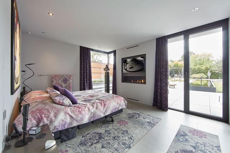 Slaapkamer, bed, open haard, televisie, moderne villa, Boley