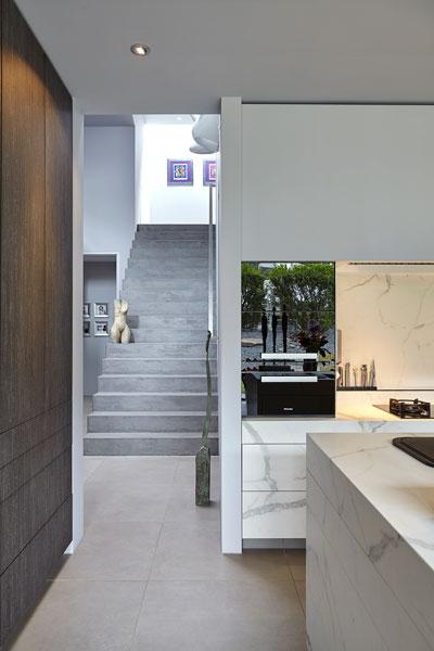 Keuken, doorkijk naar de hal, trap, kunst, moderne villa, Boley