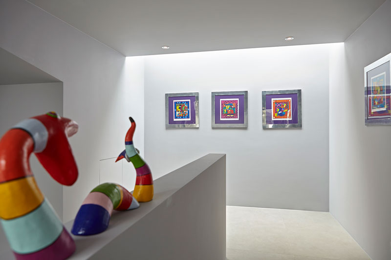 Hal, trap, bovenverdieping, kunst, schilderijen, kleurrijk, moderne villa, Boley