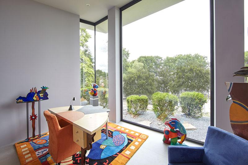 Kunst, werkplek, zicht op de tuin, grote ramen, licht, ruimte, moderne villa, Boley