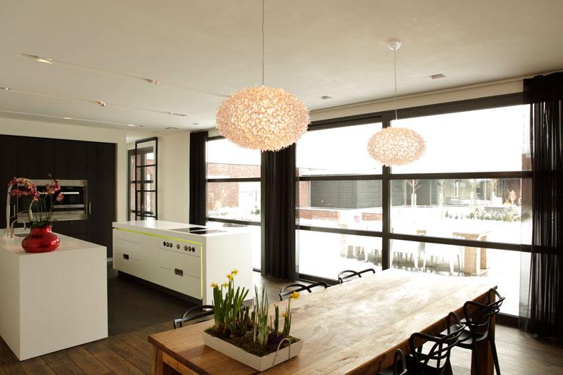 Eettafel, hout, houten vloer, verlichting, woonkamer, droomvilla, Marco Daverveld