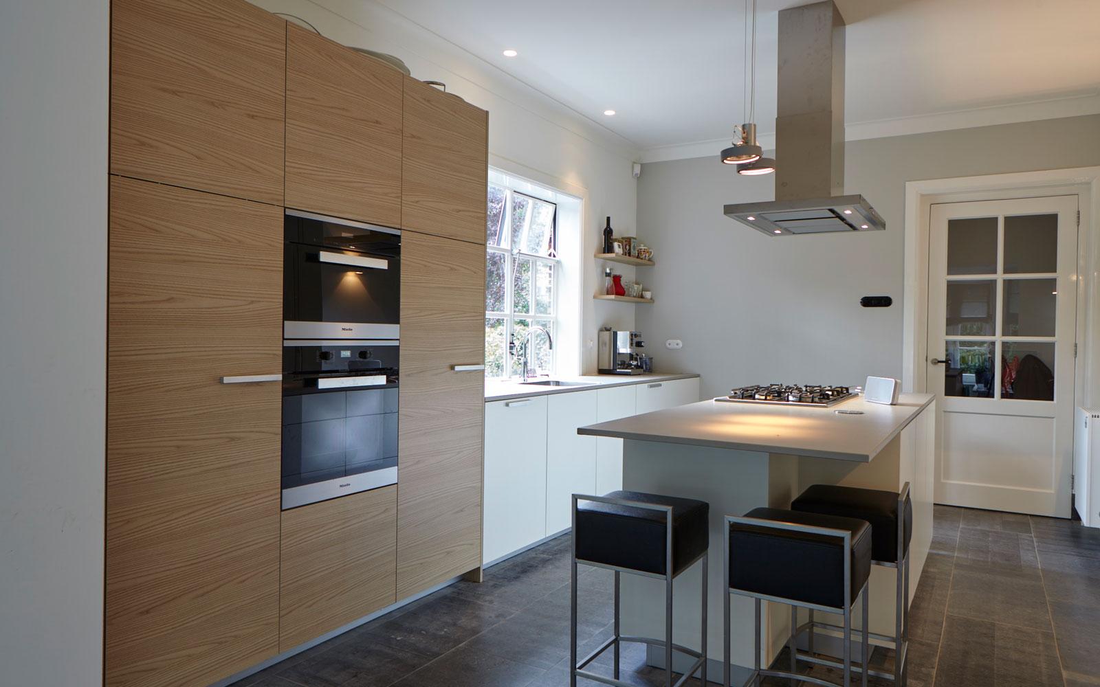 Keuken, houten kast, kookeiland, wit, natuursteen vloer, jaren 30 villa, renovatie, Marco Daverveld