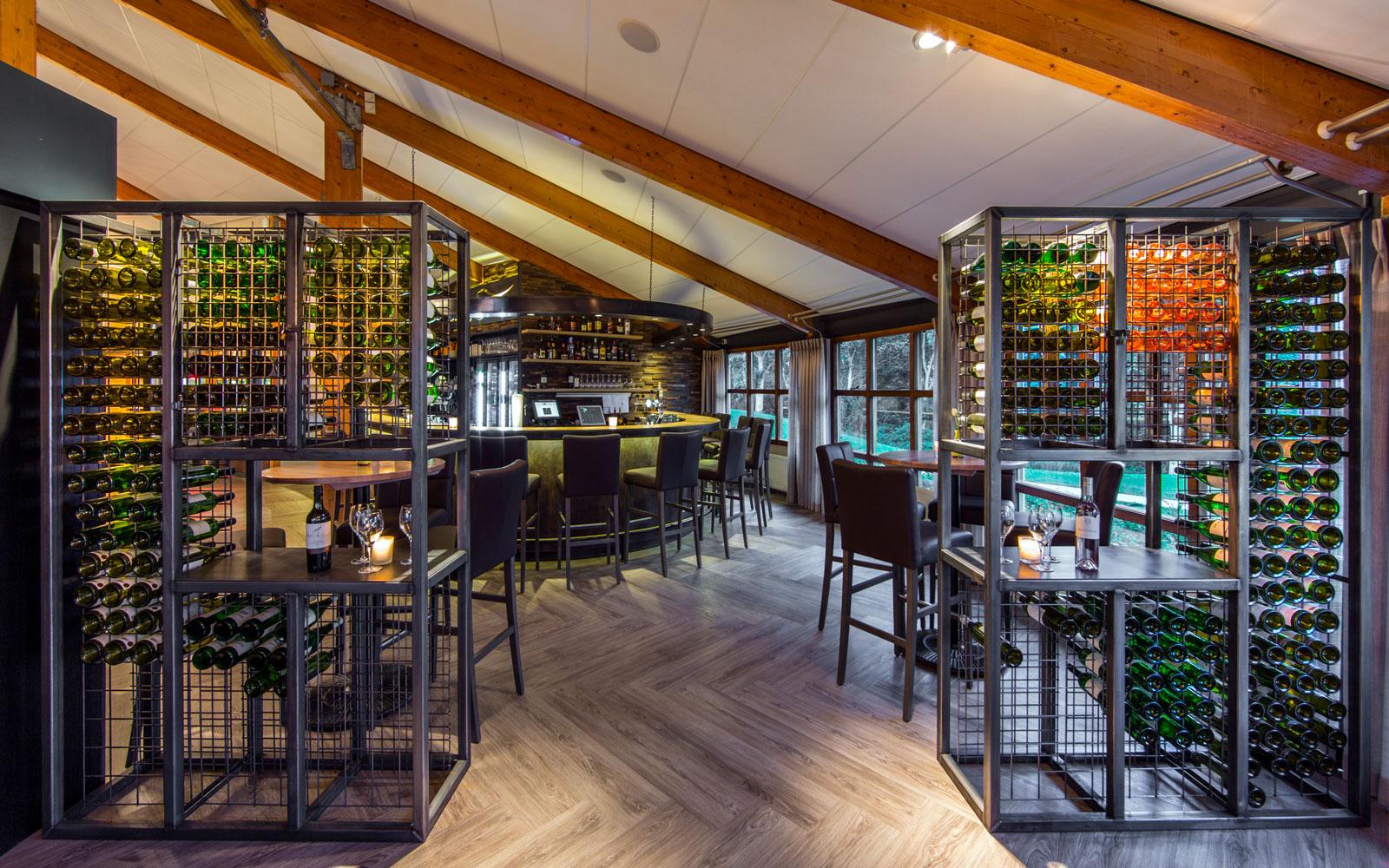 Brasserie, wijnrek, pvc vloer, visgraat, golfbaan, De Hooge Rotterdamsche, Versteegh Design