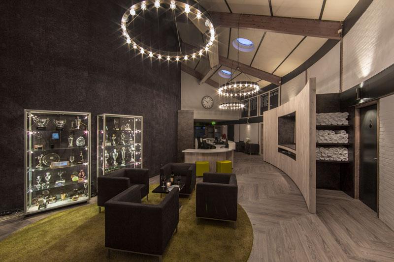 Gang, prijzenkast, lampen, verlichting, Ralph Lauren, golfbaan, De Hooge Rotterdamsche, Versteegh Design