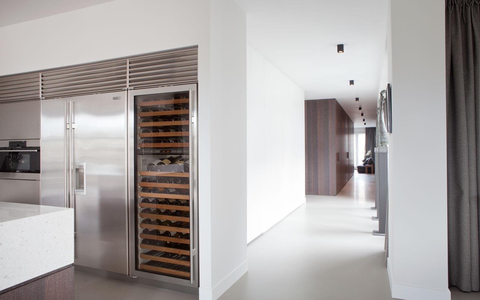 Ruime keuken, kookeiland, Subzero Wolf, wijnkoelkast, keukentafel, Penthouse Amsterdam, Remy Meijers