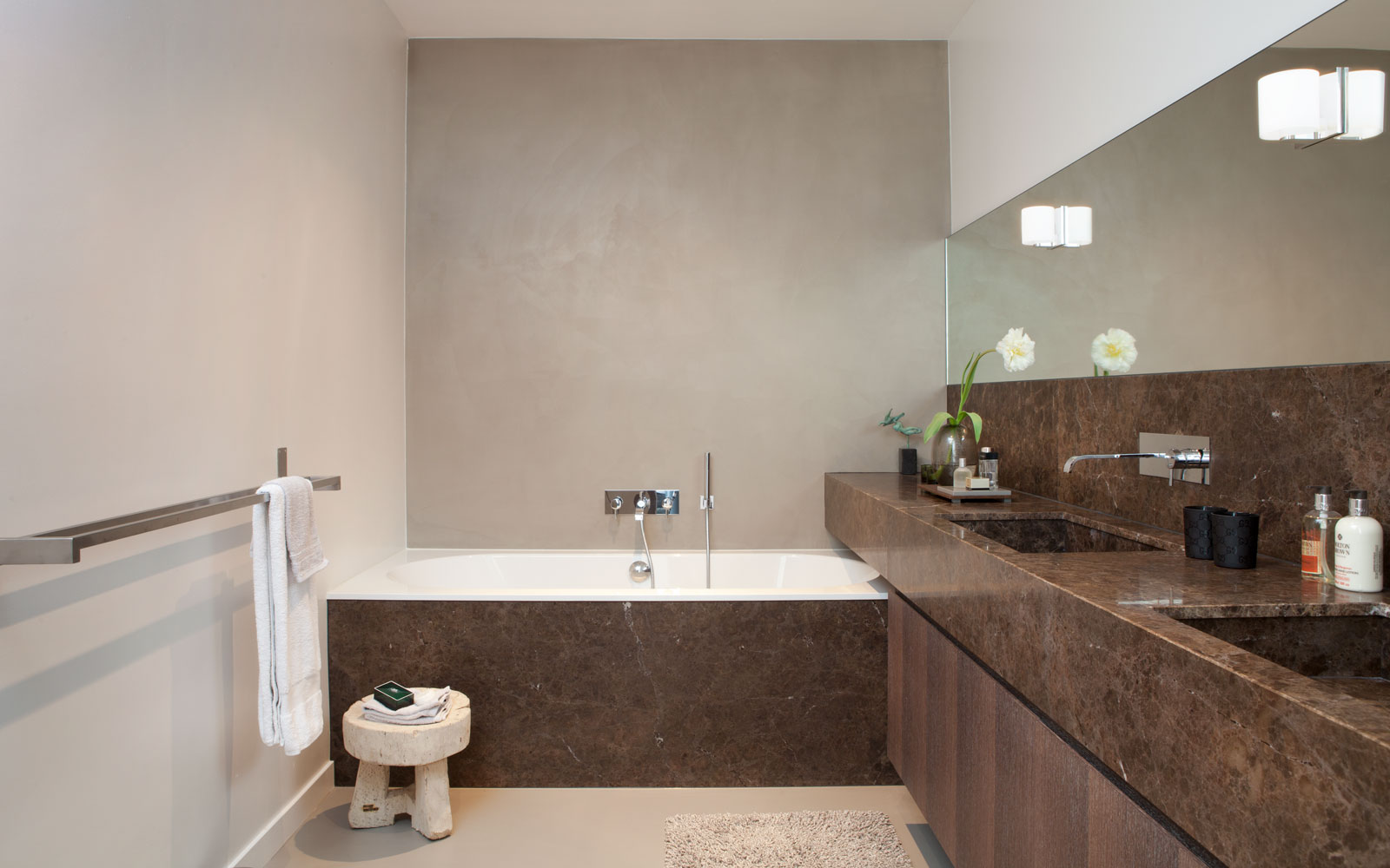 Luxe Badkamer, marmer, bad, Villeroy & Boch, wastafel, contrast, wengé, natuursteen, Penthouse Amsterdam, Remy Meijers