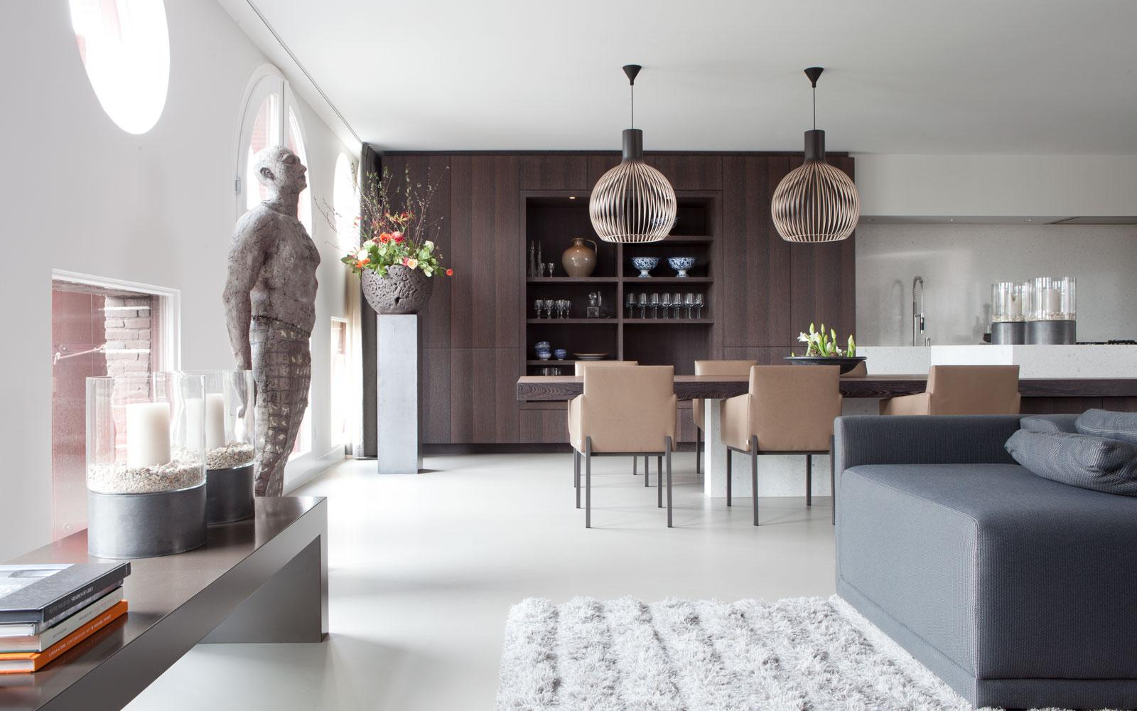 Woonkamer, keuken, open verbinding, maatwerk kast, Bom Interieurs, gietvloer, Senso, Penthouse Amsterdam, Remy Meijers