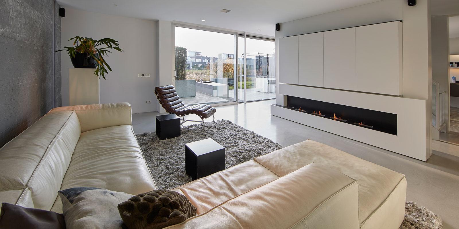 Woning aan het water | Bart van Wijk, interieurarchitect, strak interieur, ethanolhaard, minimalistisch design