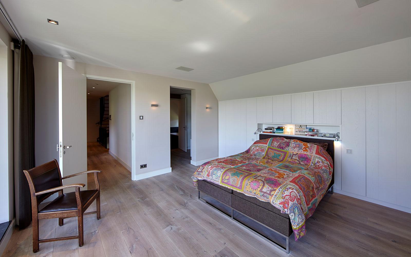 Slaapkamer, bedroom, bed, houten vloer, aangrenzende badkamer, landelijk, industrieel, Wolfs Architecten