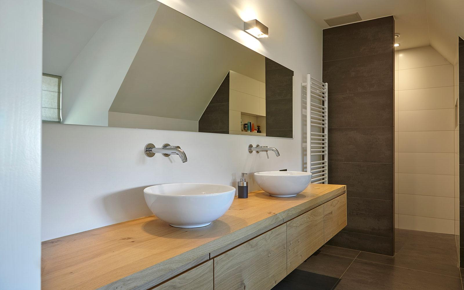 Badkamer, dubbele wastafel, grote spiegel, landelijk, industrieel, Wolfs Architecten