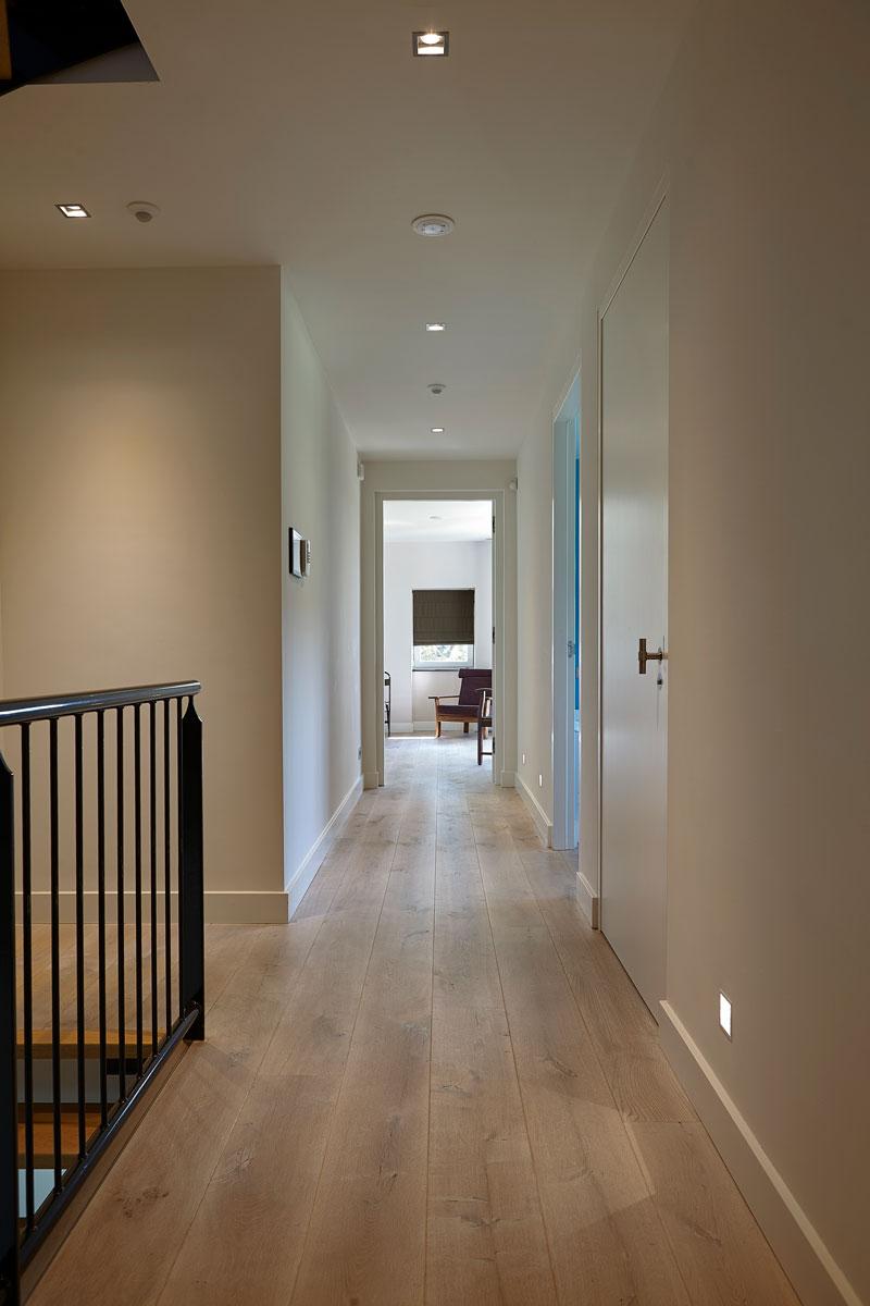 Bovenverdieping, gang, houten vloer, landelijk, industrieel, Wolfs Architecten