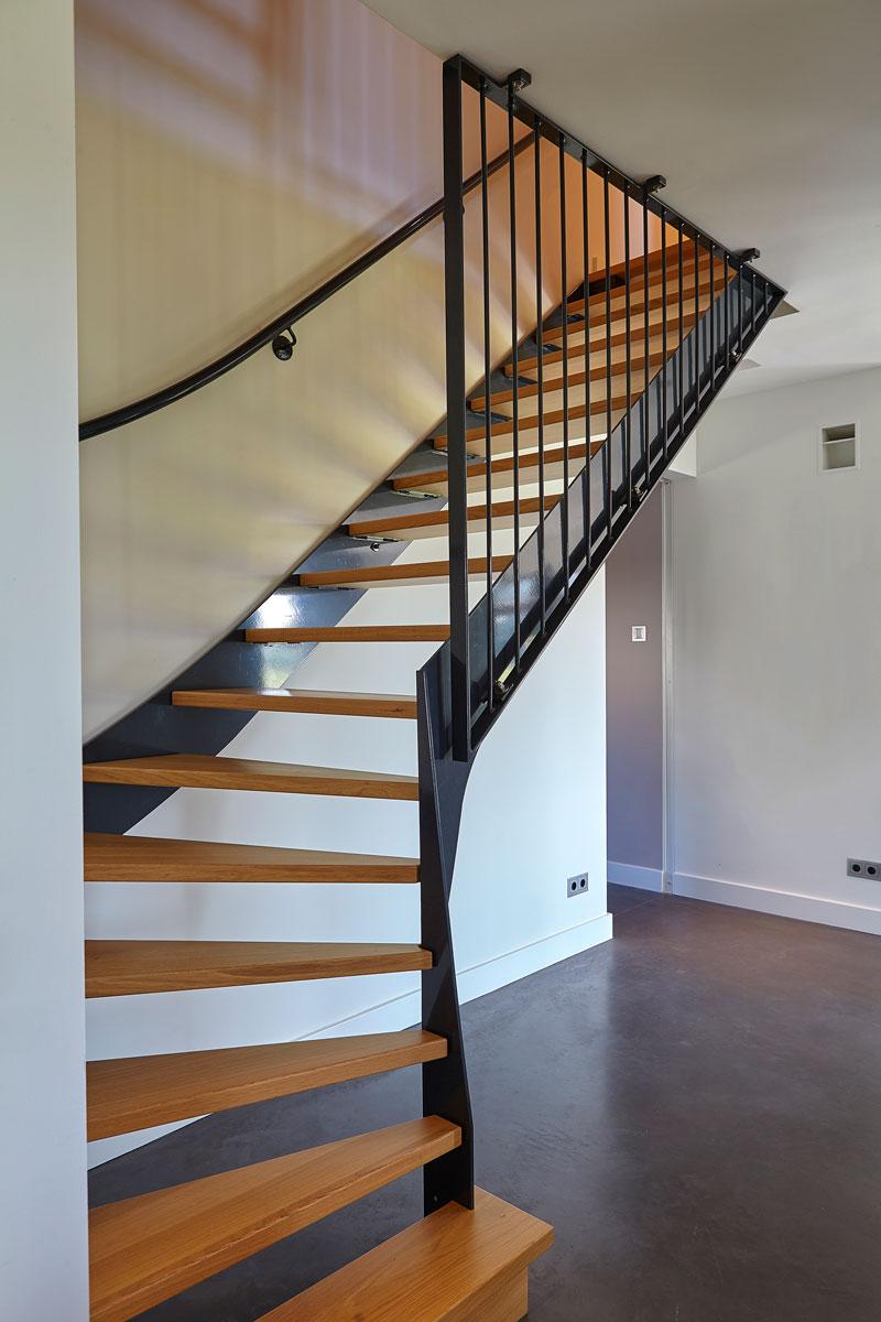 Trap naar boven verdieping, hout, staal, Trappenfabriek Vermeulen, betonvloer Sfeerbeton, landelijk, industrieel, Wolfs Architecten
