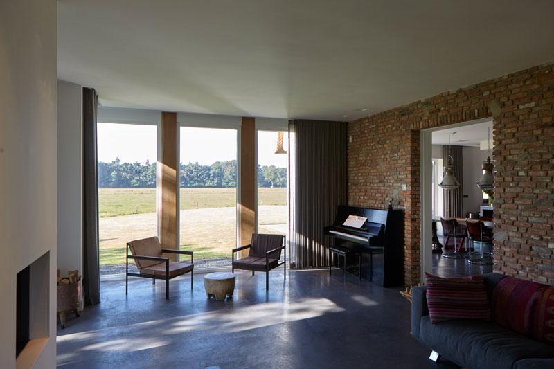 Woonkamer, beton vloer, uitzicht, piano, stenen muur, landelijk, industrieel, Wolfs Architecten