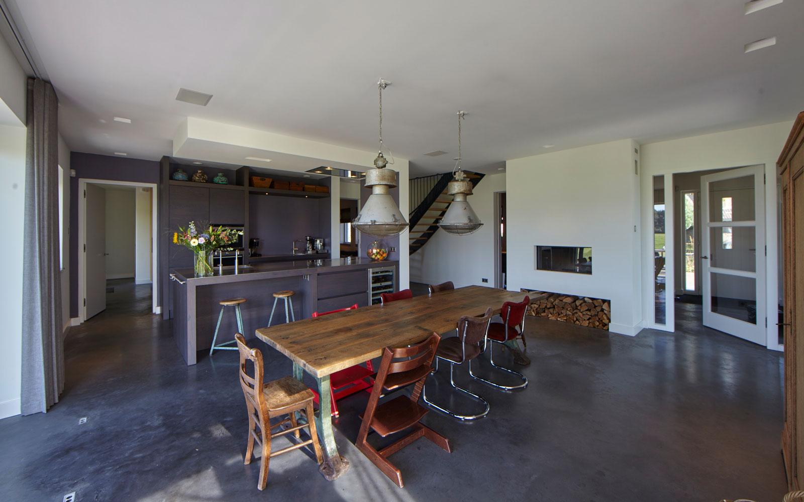 Ruime keuken, Tweede Kamer Interiors, open haard, sfeervol, houten tafel, boomstam tafel, landelijk, industrieel, Wolfs Architecten