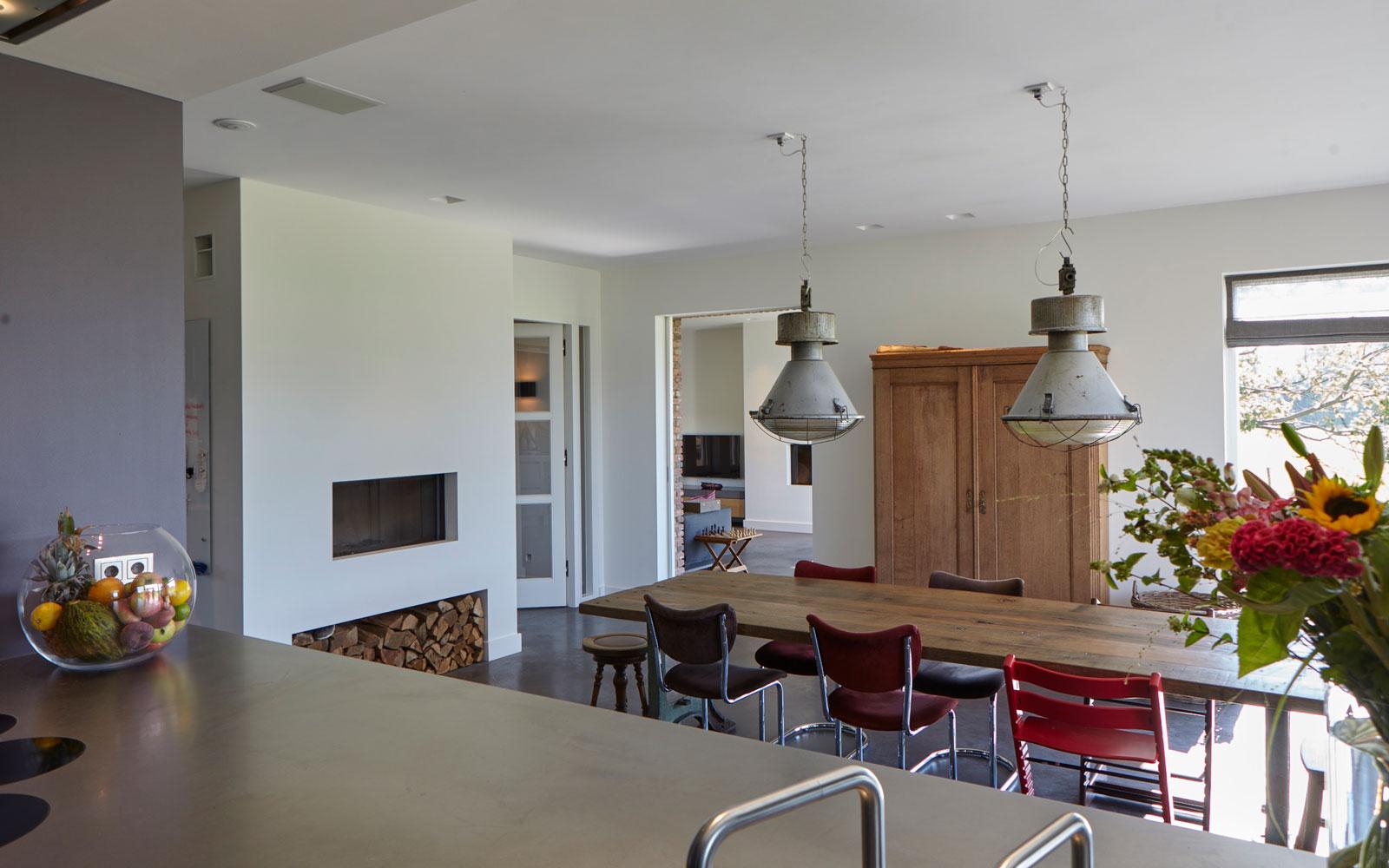 Ruime keuken, maatwerk, Tweede kamer Interiors, open haard, Vestia Kachels, sfeervol, lichtinval, houten tafel, landelijk, industrieel, Wolfs Architecten