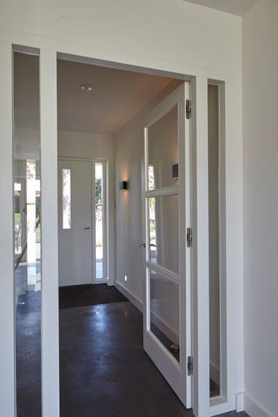 Entree, hal, voordeur, betonvloer, paneeldeur, glazen deur met hout, landelijk, industrieel, Wolfs Architecten