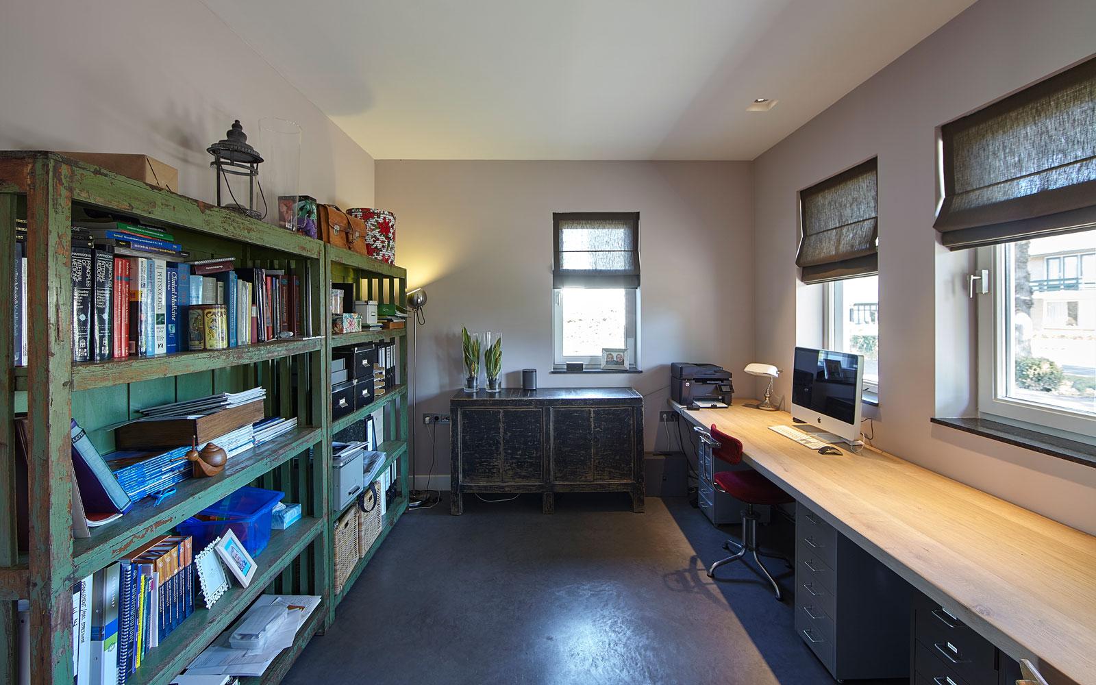 Werkruimte, kantoor, home office, beton vloer, boekenkast, lichtinval, landelijk, industrieel, Wolfs Architecten