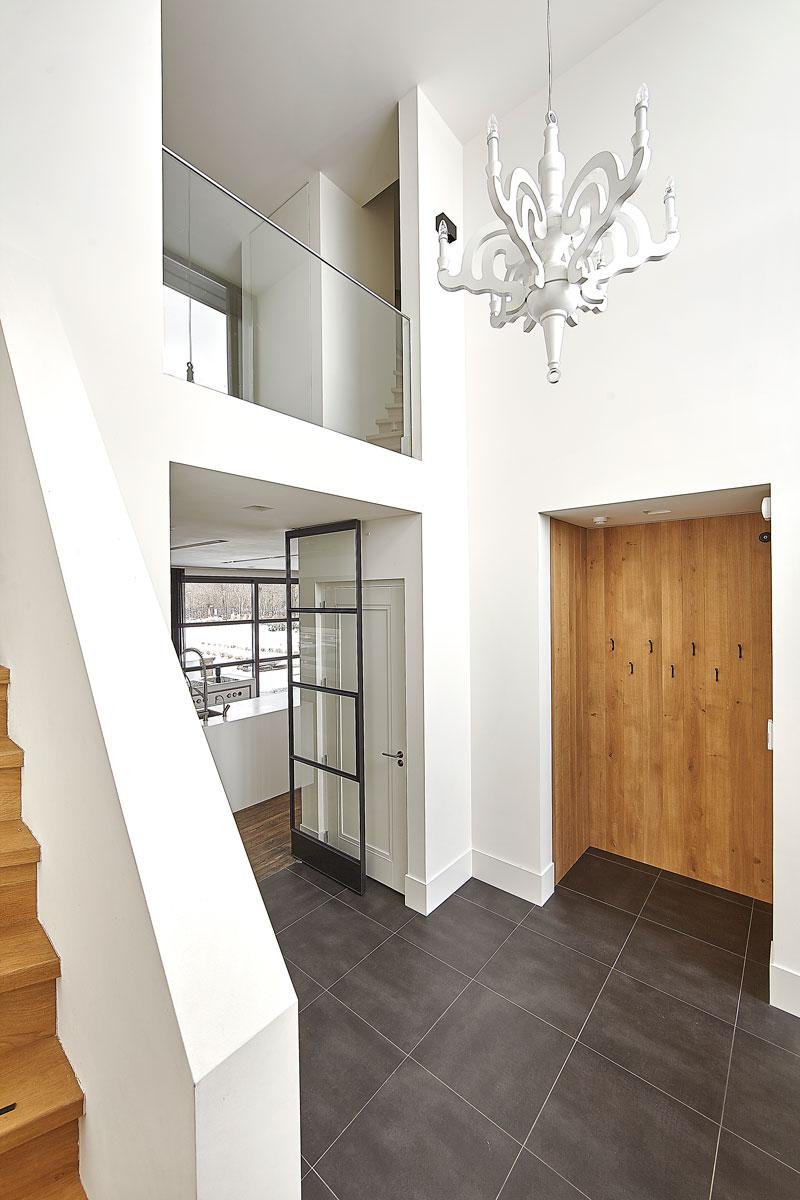 Entree, hal, stalen deuren, houten trap, vide, balustrade, droomvilla, Marco Daverveld