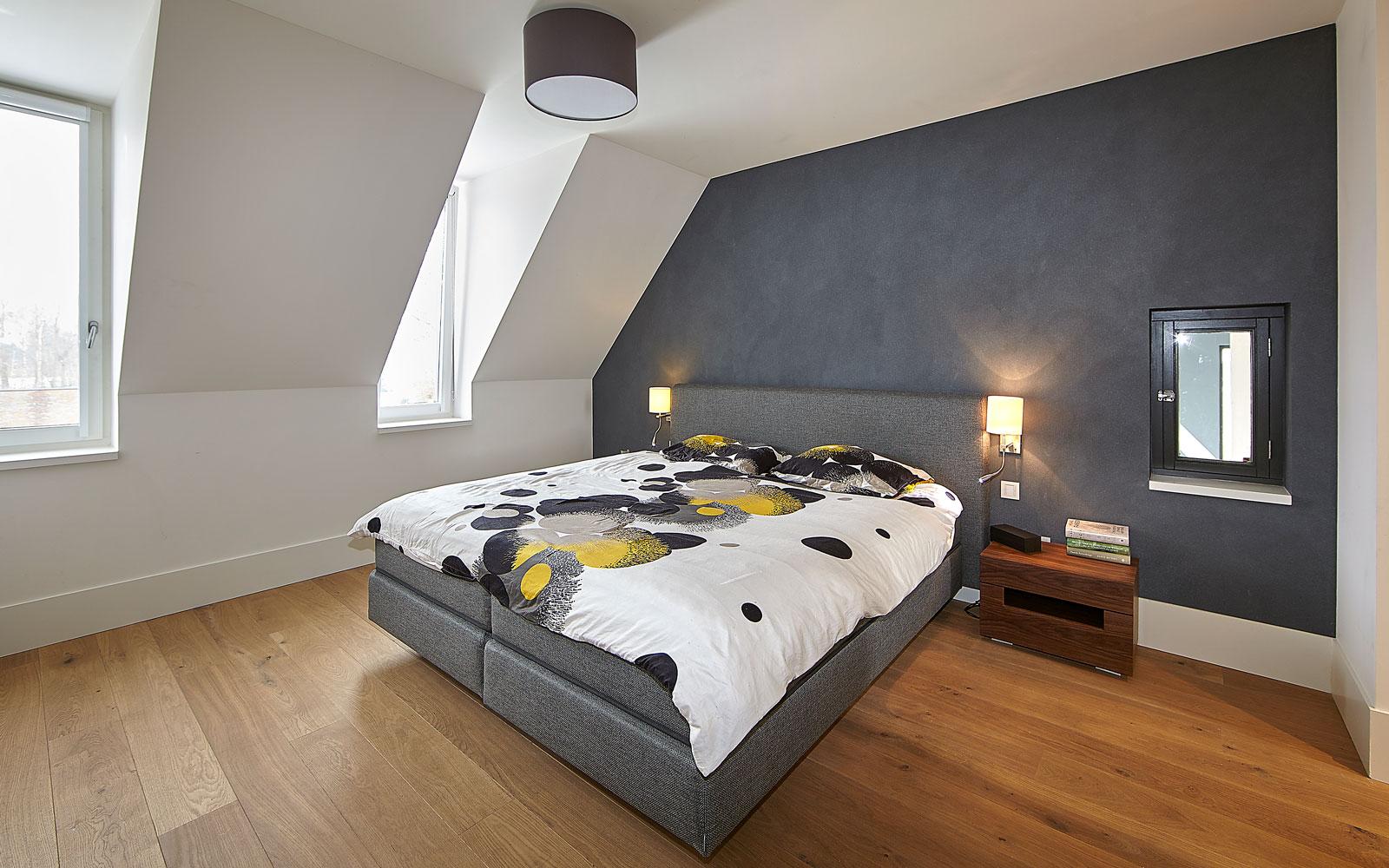 Slaapkamer, master bedroom, houten vloer, sfeervol, schuine wand, droomvilla, Marco Daverveld