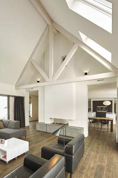 Woonkamer, houten vloer, balken, open haard, Van Tiel Haarden, droomvilla, Marco Daverveld