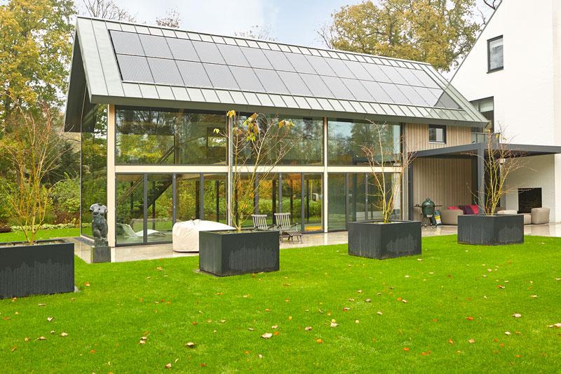 Parkachtige tuin, wellnessruimte, grote ramen, Metaglas, schuifdeuren, uitzicht, symmetrische villa, PBV Architects