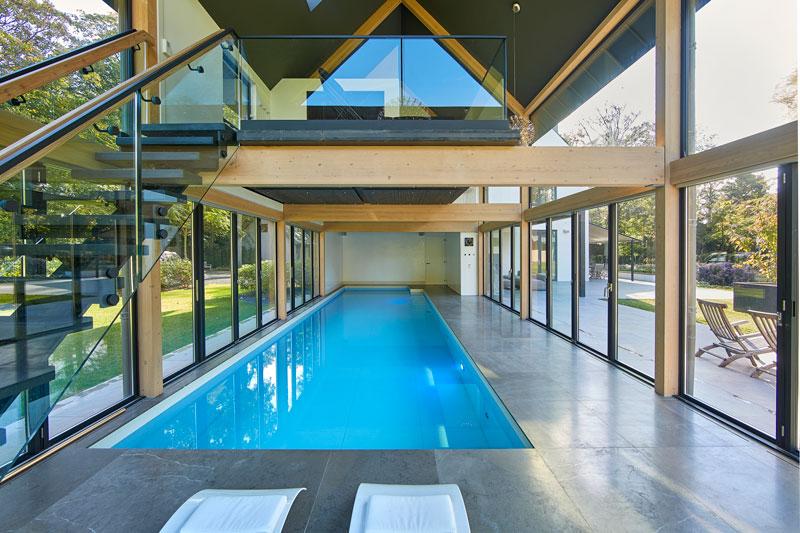 Zwembad, Waterstijl, wellnessruimte, grote ramen, Metaglas, symmetrische villa, PBV Architects