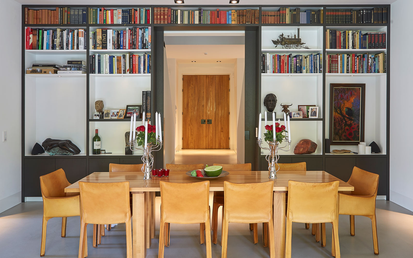 Bibliotheek, boekenkast, houten tafel, open verbinding, symmetrische villa, PBV Architects