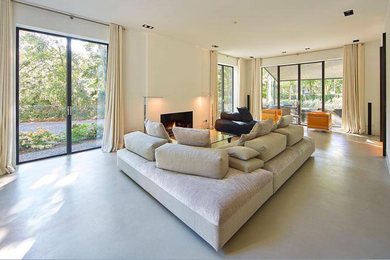 Woonkamer, open haard, Weldor, Corbussier, Euromobil, openslaande deuren, Metaglas, symmetrische villa, PBV Architects