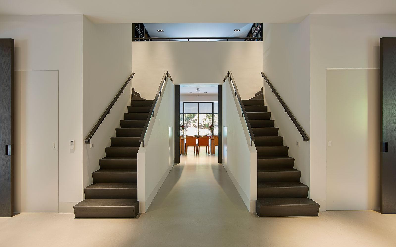 Hal, gespiegelde trappen, uitzicht, vide, symmetrische villa, PBV Architects