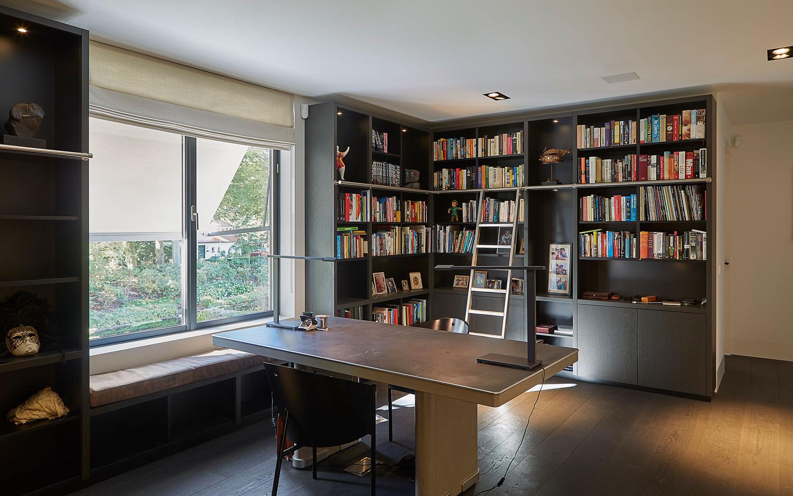 Boekenkast, bibliotheek, donkere kleuren, maatwerk kasten, symmetrische villa, PBV Architects