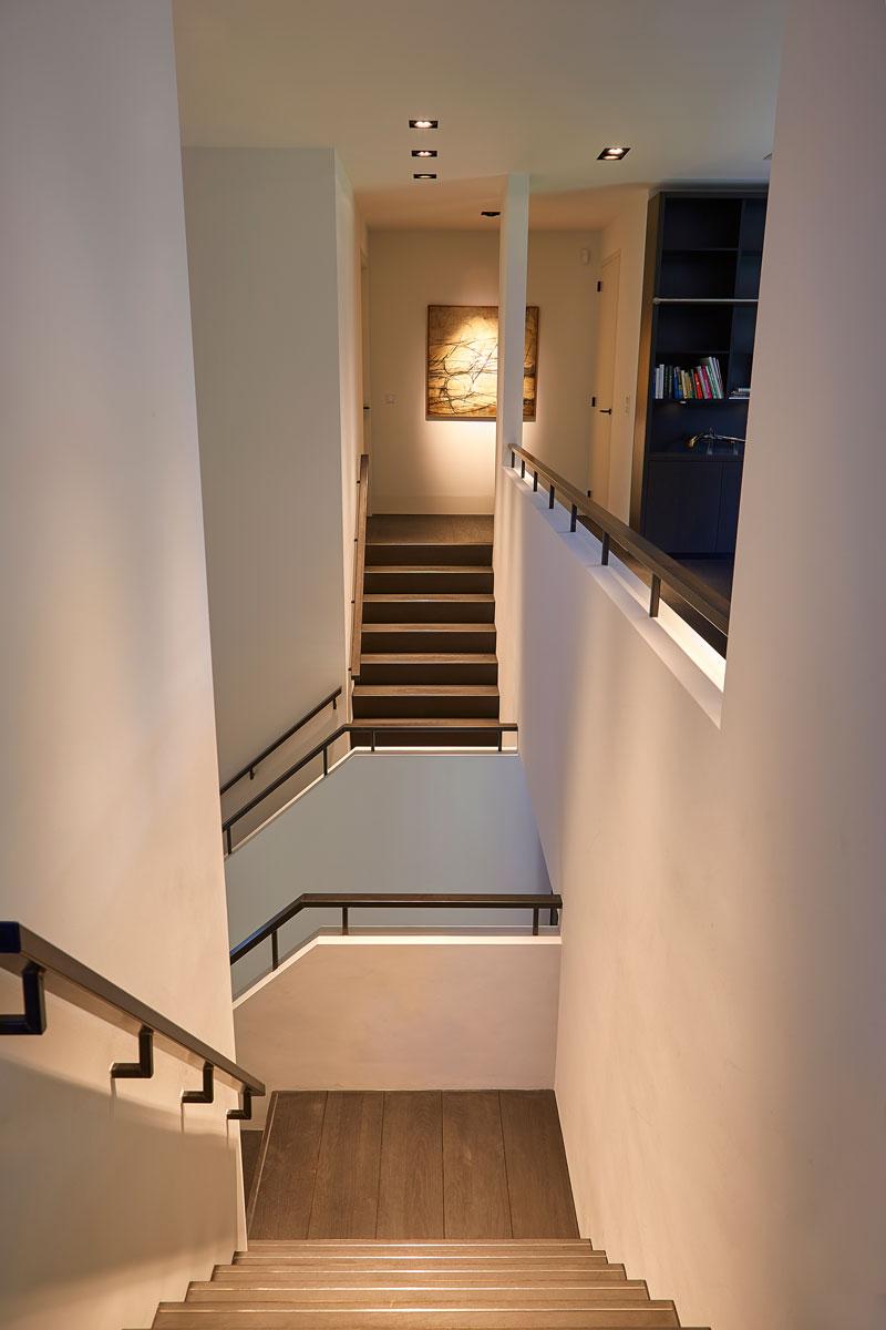 Trap, trappenhuis, zwart-wit, vide, bovenverdieping, symmetrische villa, PBV Architects