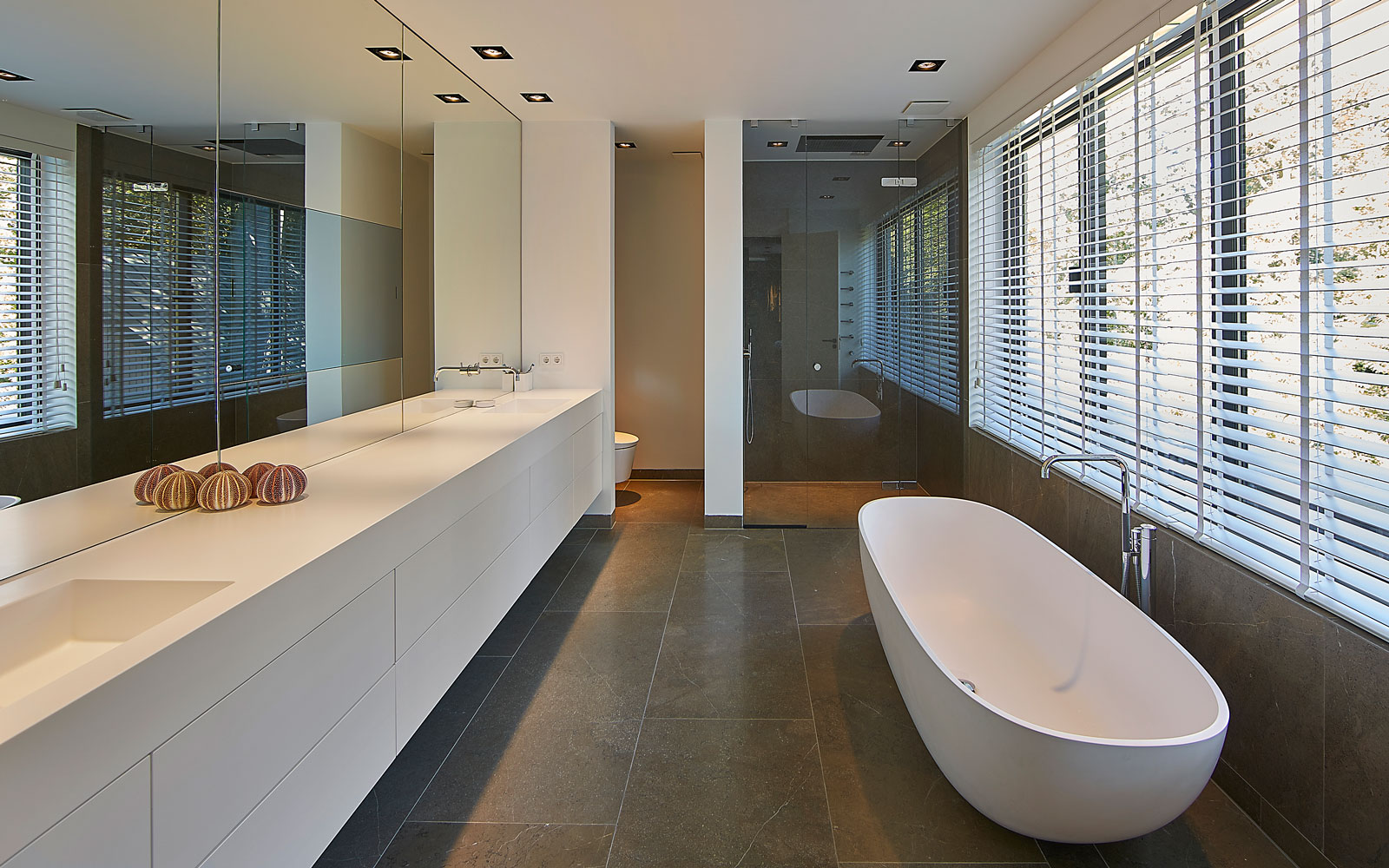 Badkamer, SJARTEC, tegelvloer, natuursteen, vrijstaand bad, kraan van Vola, Symmetrische villa, PBV Architects
