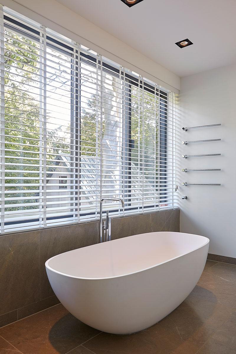 Badkamer, vrijstaand bad, kraan, Vola, zonwering, shutters, symmetrische villa, PBV Architects