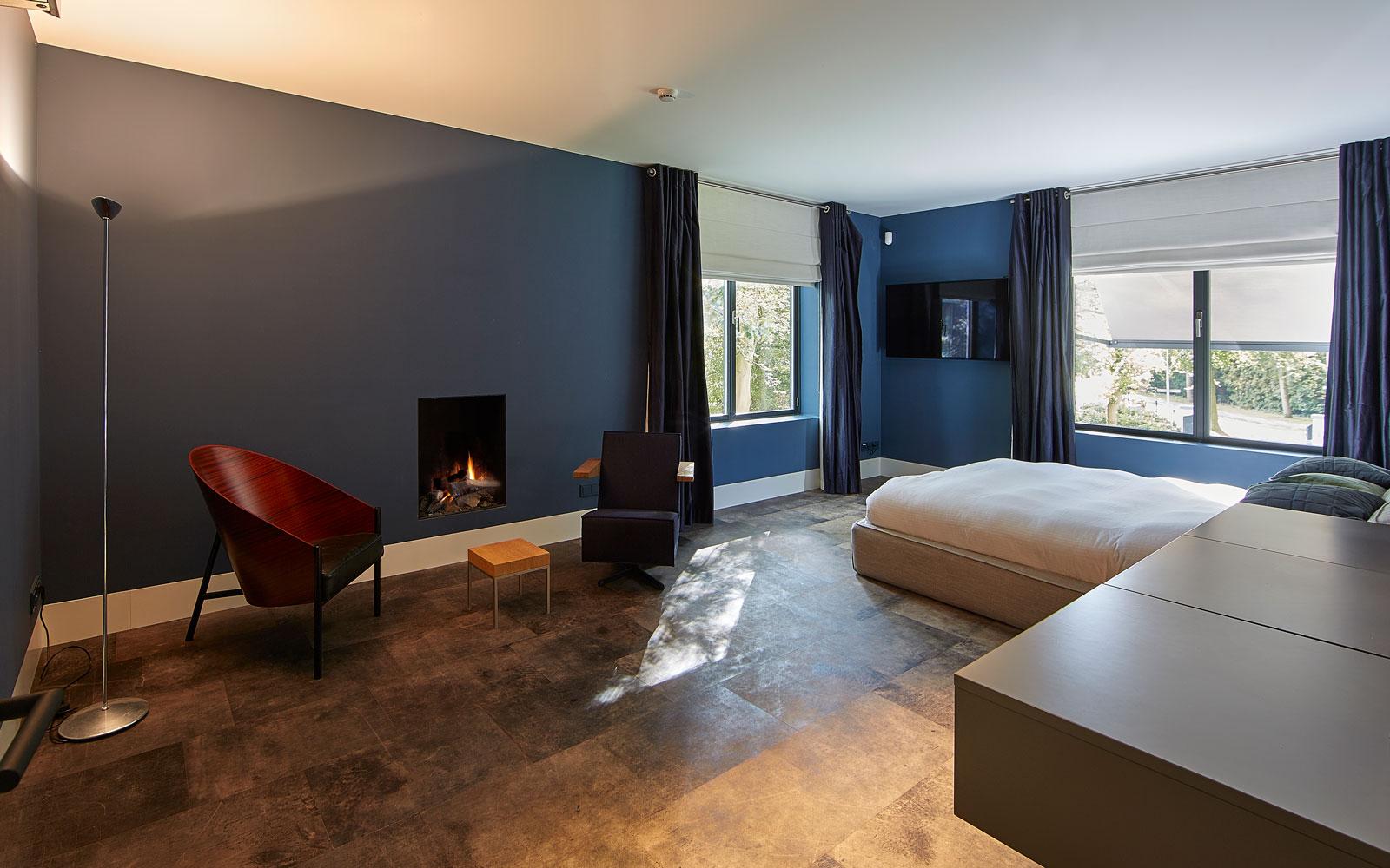 Bovenverdieping, slaapkamer, vloer, leer, Alphenberg sfeervol, haard, bed, symmetrische villa, PBV Architects