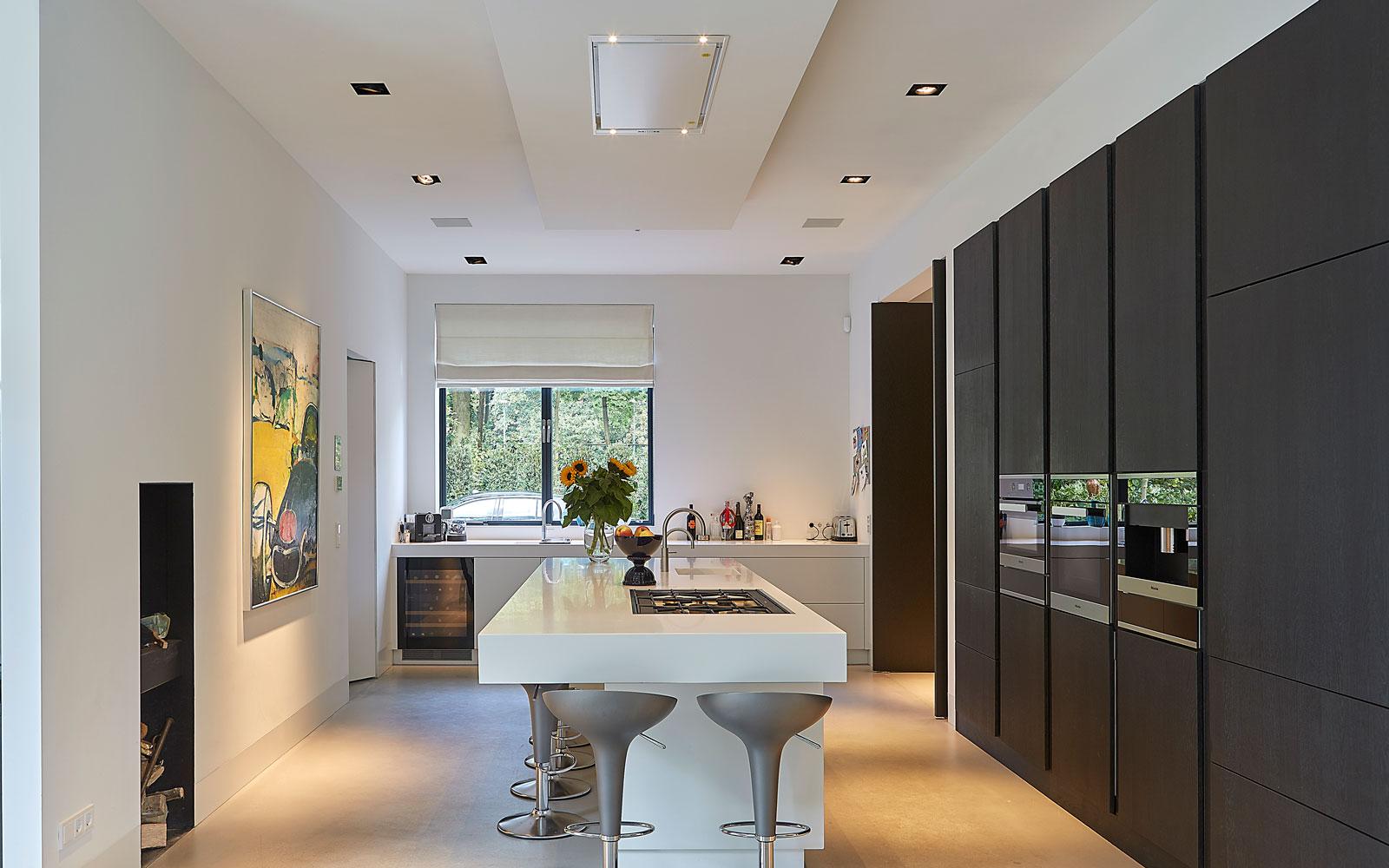 Keuken, maatwerk, Kuivenhoven Keukenfabriek, kookeiland Corian, Quooker heet waterkraan, symmetrische villa, PBV Architects
