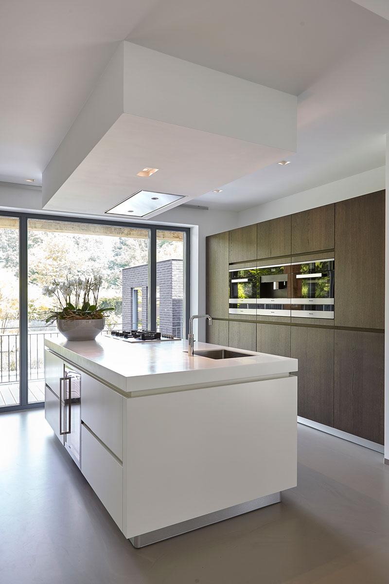 Keuken, grote glazen ramen, zicht op de tuin, inspirerende villa, Wolfs Architecten