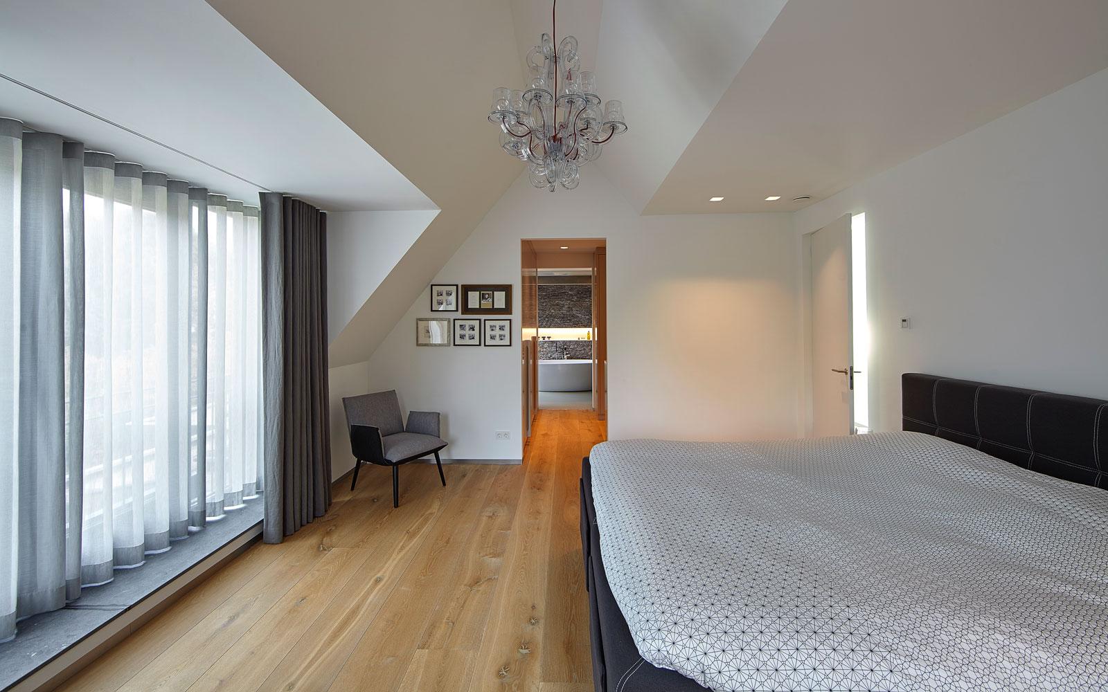 Ouderslaapkamer met doorkijk naar garderobe- en badkamer, inspirerende villa, Wolfs Architecten