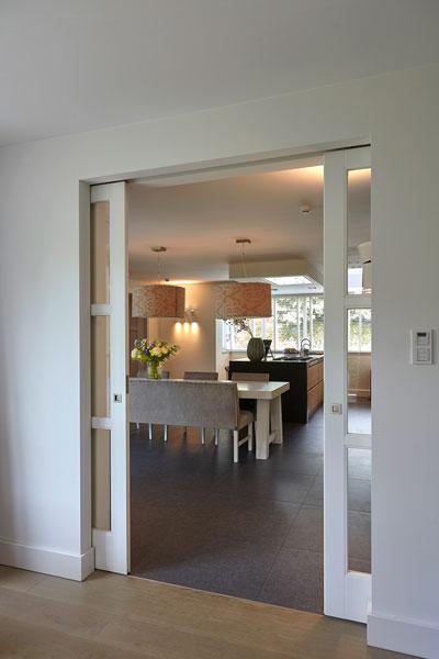 Doorkijk naar de woonkamer, ensuite deuren, romantische villa, Wolfs Architecten