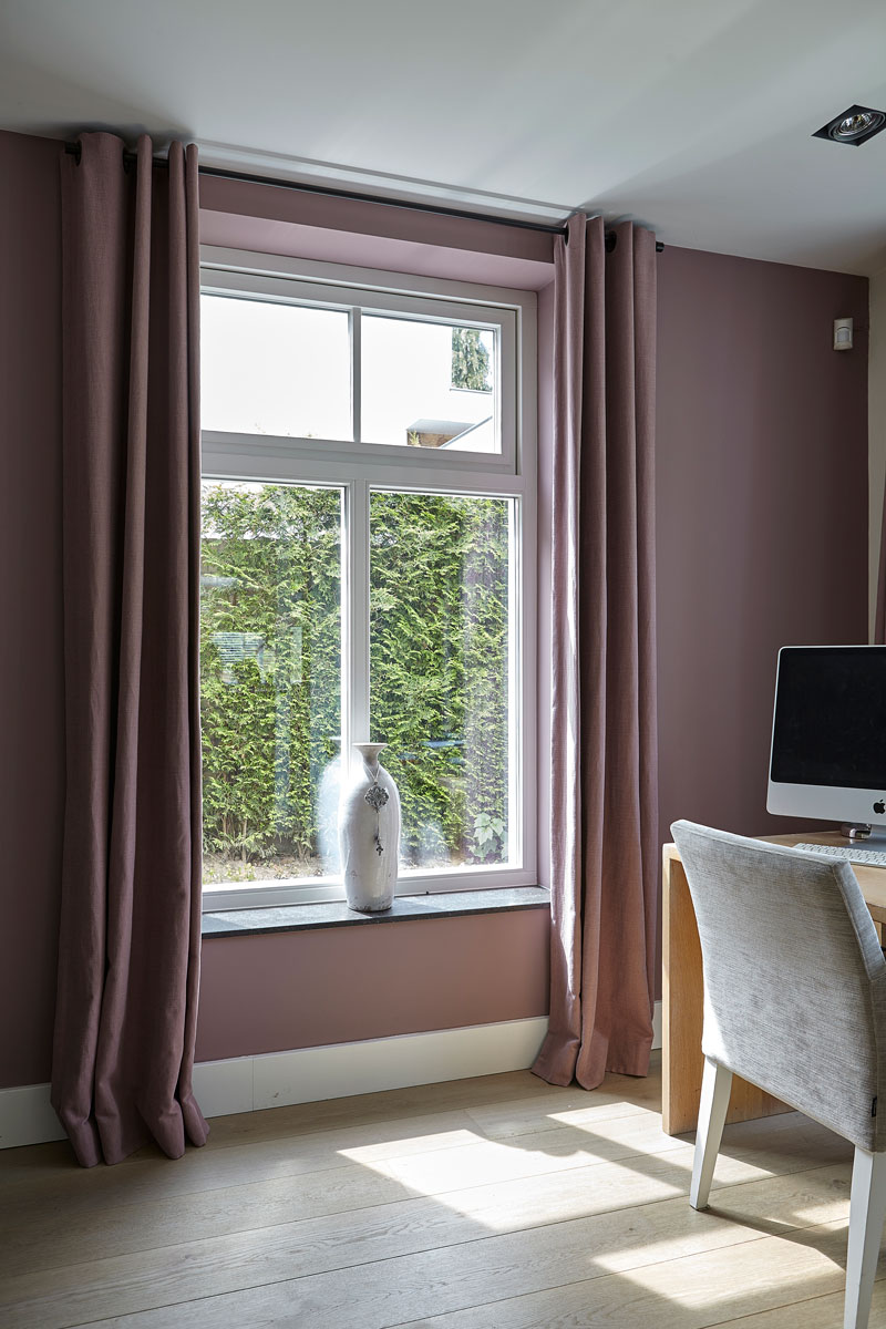 Rustige werkplek, houten vloer, paarse muur, romantische villa, Wolfs architecten